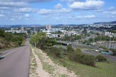 Estrada reta e autoestrada que conduzem à área industrial Fotografia de Stock Royalty Free