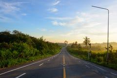 Estrada reta e por do sol colorido fotos de stock