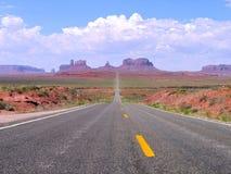 Estrada reta em Utá e em Arizona, Navajo do vale do monumento tribal Imagens de Stock Royalty Free