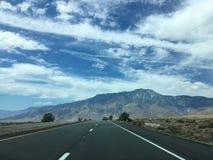 A estrada reta longa cênico vazia do deserto com marcação amarela alinha Alifornia do ¡ de Ð Foto de Stock