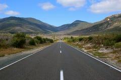 Estrada reta longa na montanha Foto de Stock Royalty Free