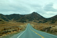Estrada reta longa na montanha Fotografia de Stock Royalty Free