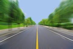 Estrada reta sob o céu azul Foto de Stock Royalty Free