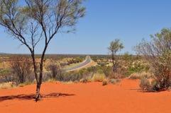 Estrada reta a Uluru - Kata Tjuta National Park em Austrália fotografia de stock