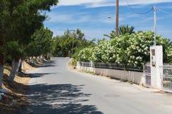 Estrada rodoviária asfaltada na vila imagens de stock royalty free