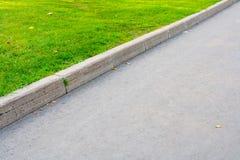 Estrada rodoviária e grama asfaltadas Foto de Stock Royalty Free