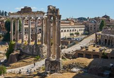 Estrada romana e colunas velhas Imagens de Stock