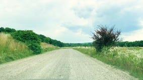 estrada ruim Movimentação do carro da vista dianteira na estrada secundária filme