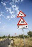 A estrada rural assina dentro Europa Imagens de Stock