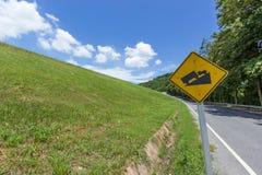 Estrada rural com grama verde imagem de stock