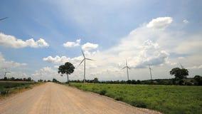 Estrada rural com turbinas eólicas. video estoque