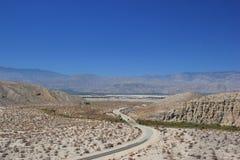 Estrada rural que atravessa a área do deserto fotografia de stock royalty free