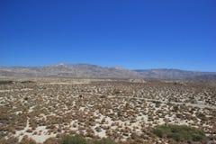 Estrada rural que atravessa a área do deserto fotos de stock