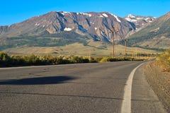 Estrada só com montanhas nevado imagem de stock royalty free