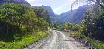 Estrada secundária com as montanhas no fundo fotos de stock royalty free