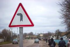 Estrada secundária da volta do sinal exatamente fotos de stock