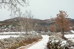 Estrada secundária do inverno Paisagem nevado do campo bosniano no dia nebuloso Bósnia e Herzegovina fotografia de stock