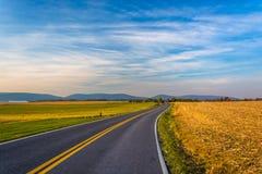 Estrada secundária e montanhas distantes em Frederick County rural, miliampère Fotos de Stock