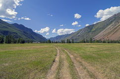Estrada secundária em um vale da montanha Imagem de Stock