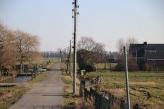 Estrada secundária no Zuidplaspolder em Moordrecht, a mais baixa área dentro Fotos de Stock Royalty Free