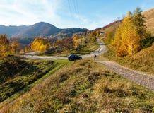 Estrada secundária suja na montanha Carpathian do outono, Ucrânia fotos de stock royalty free