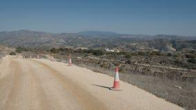 A estrada serpentina e a grande paisagem do carro da equitação video estoque