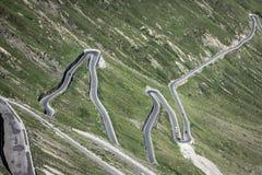 Estrada serpentina em cumes italianos, passagem da montanha de Stelvio, Passo de Fotografia de Stock