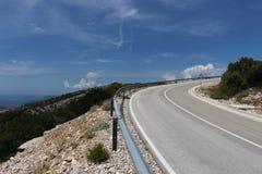 Estrada serpentina que ascensão a uma montanha imagens de stock royalty free