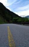Estrada sob a neve-montanha Fotos de Stock Royalty Free