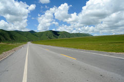estrada sob o céu azul fotos de stock royalty free