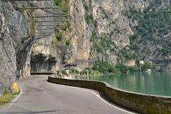 Estrada sob rochas em um lago imagem de stock royalty free