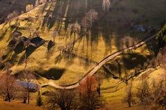 Estrada sobre em uma paisagem da montanha imagens de stock