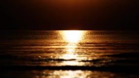 Estrada solar ao mar durante o por do sol Por do sol impressionante vídeos de arquivo