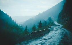 Estrada sombrio da montanha do enrolamento, Columbia Britânica, Canadá imagens de stock