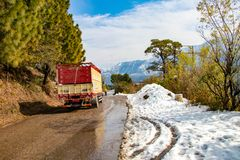 Estrada subida no inverno no dalhousie Himachal Pradesh india do banikhet com o completo lateral da neve Opinião cênico do invern imagens de stock royalty free