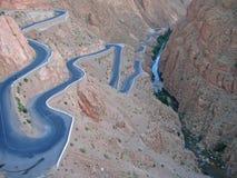 Estrada torcida que vai em uma garganta Imagem de Stock Royalty Free
