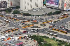 Estrada transversaa com ônibus e bondes em Varsóvia imagens de stock
