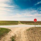 Estrada transversaa com sinal de aviso para a estrada da prioridade fotografia de stock