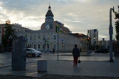 Estrada transversaa da rua de Lenin e da rua de Zhukov cityscape Po?as no passeio Nuvens da noite imagens de stock royalty free