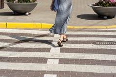 Estrada transversaa de passeio 01 da calha da mulher escultural Imagens de Stock Royalty Free