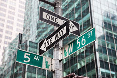 Estrada transversaa do st da Quinta Avenida e do W 56 em New York Foto de Stock Royalty Free