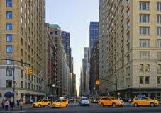 Estrada transversaa na 6a avenida no Midtown Manhattan Imagem de Stock Royalty Free