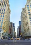 Estrada transversaa na 6a avenida no Midtown Manhattan Fotografia de Stock