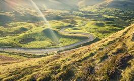Estrada Twisty cênico do vale de Edale na paridade máxima do nacional do distrito imagem de stock