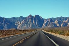Estrada Two-lane à garganta vermelha da rocha Imagens de Stock Royalty Free