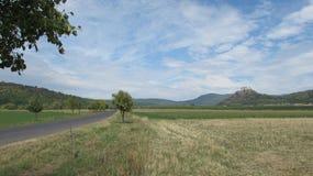 Estrada a um castelo em uma montanha Imagem de Stock Royalty Free