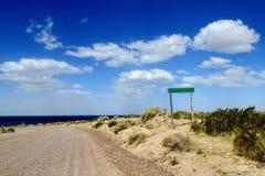 Estrada Unpaved ao oceano Imagens de Stock