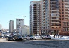 Estrada urbana em Novosibirsk, rua o distrito central perto dos shopping no inverno fotografia de stock royalty free