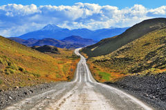 A estrada vai às rochas pretas cobertos de neve Fotos de Stock Royalty Free