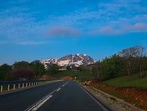 Estrada vazia à montanha fotografia de stock